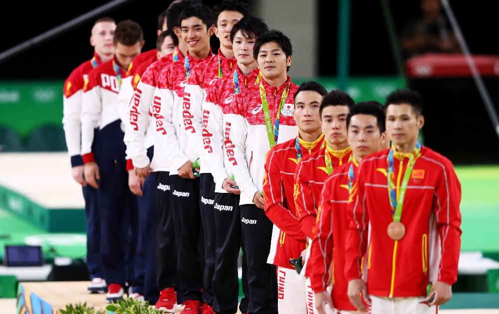 O pódio da ginástica, com a equipe do Japão ao centro. FOTO: Getty Images/Ryan Pierse