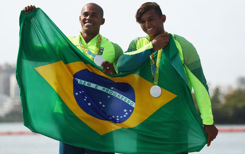Dupla brasileira formada por Isaquias Queiroz e Erlon de Souza recebe a prata na canoa dupla (C2) 1.000m FOTO: Getty Images/Ryan Pierse