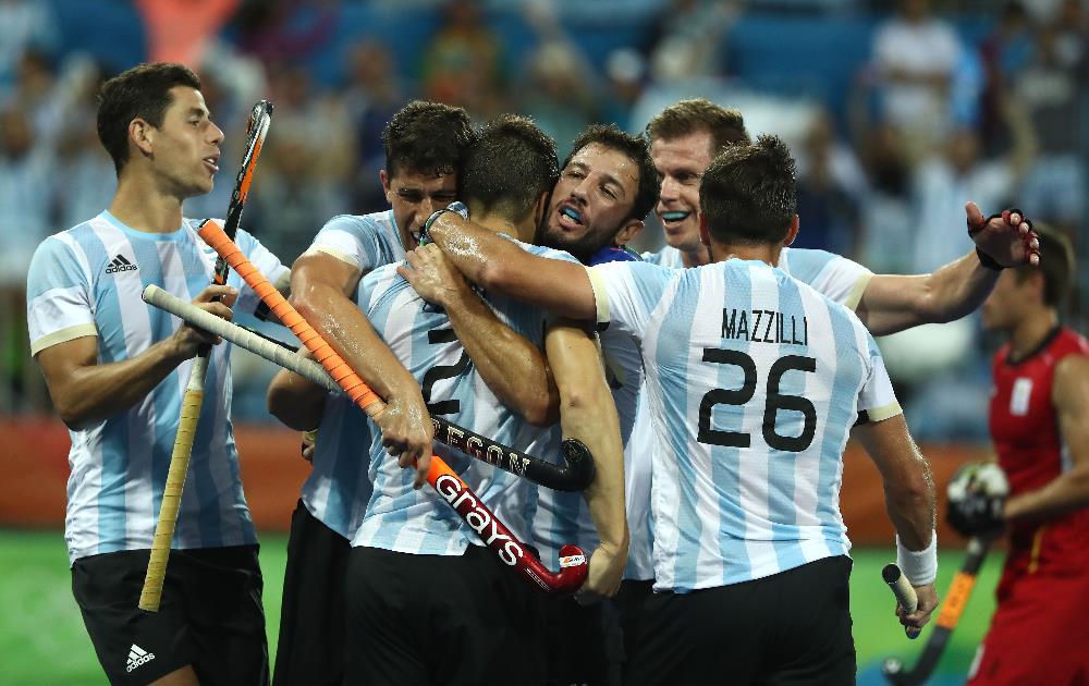 Jogadores argentinos comemoram o ouro inédito no hóquei sobre grama FOTO: Getty Images/Sean M. Haffey)