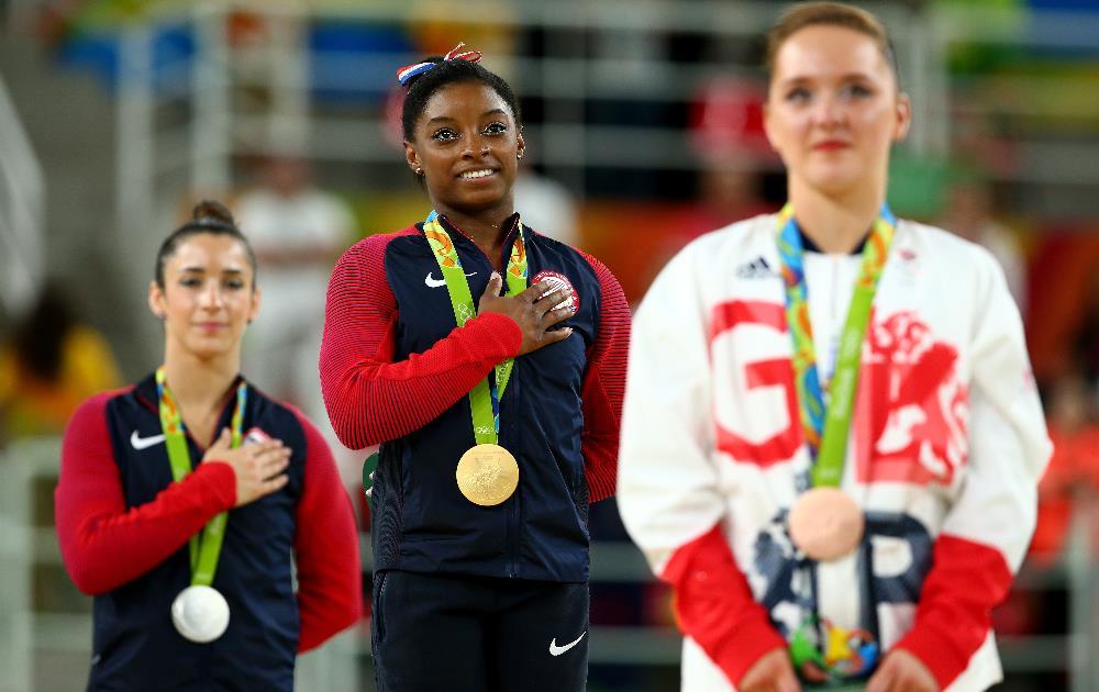 Simone Biles (centro) e sua quarta medalha de ouro no Rio 2016. FOTO: Getty Images/Alex Livesey