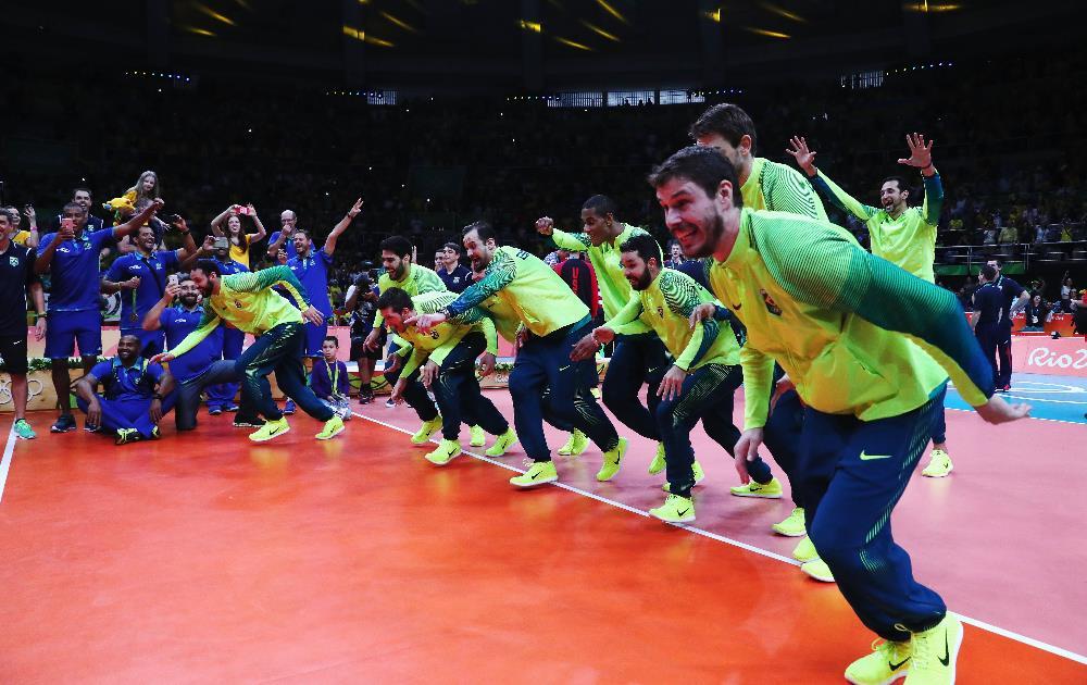 Brasileiros partem para o tradicional peixinho, marca registrada nas vitórias da seleção brasileira FOTO: Getty Images/Tom Pennington