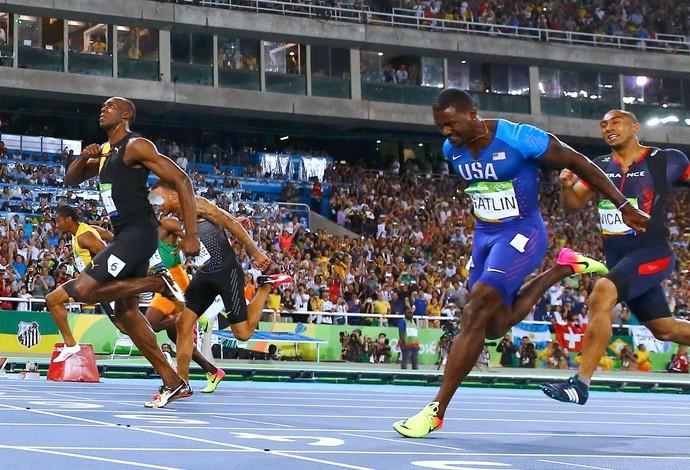 Bolt arranca no fim e bate e é o primeiro tri olímpico da história dos 100m. FOTO: Agência Reuters