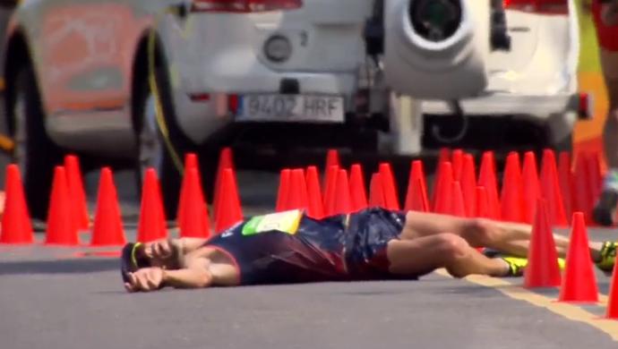 Francês desabou durante a prova, recebeu atendimento e seguiu. FOTO: Reprodução/SporTV