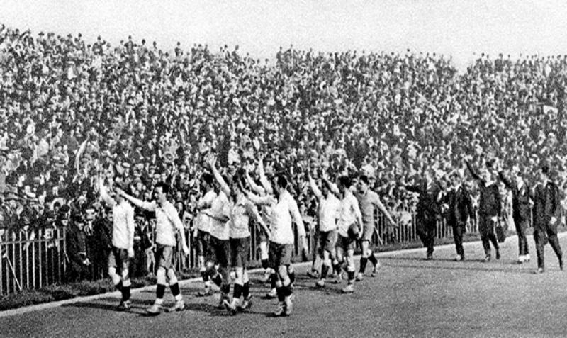 Os uruguaios saúdam a torcida após vencer a Suíça na final: e assim foi criada a volta olímpica. FOTO: reprodução