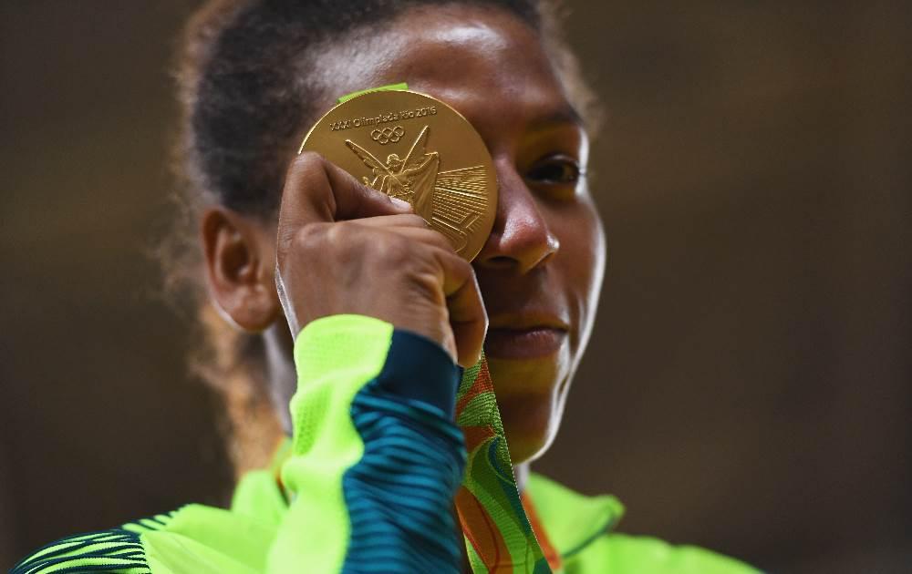 Rafaela chora com a medalha nas mãos. FOTO Getty Images/David Ramos