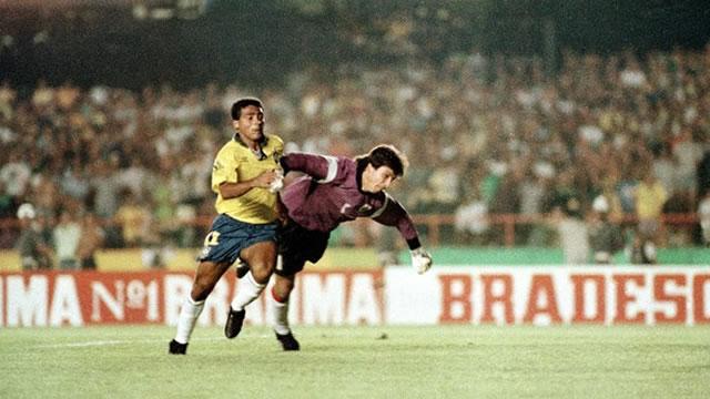 Romário passando por Siboldi para o marcar o segundo gol. FOTO: Arquivo