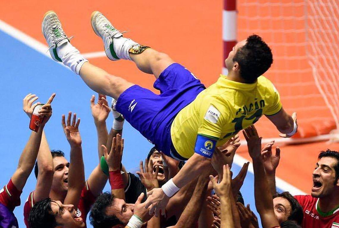 Falcão é homenageado por iranianos, após eliminação. FOTO: FIFA