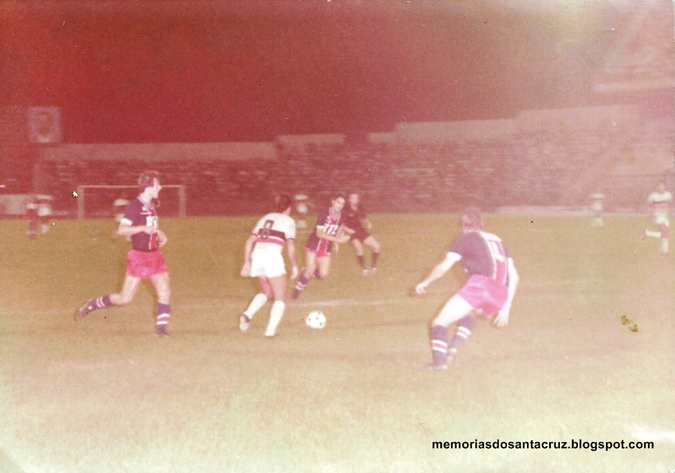 Imagens do jogo do Santa Cruz com o PSG, em 79. FOTO: acervo pessoal Betinho/Memória do Santa Cruz
