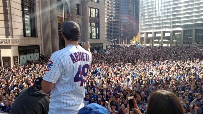 Jake Arrieta saúda a torcida do Chicago Cubs que lota as ruas da cidade. FOTO: Reprodução/Twitter