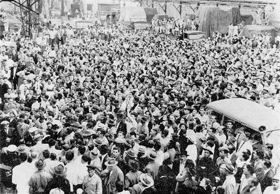 """Recepção apoteótica em Santos aos jogadores """"fita azul"""" que chegavam da África em 1959 FOTO: revista especial do 57º aniversário do clube, 1974"""