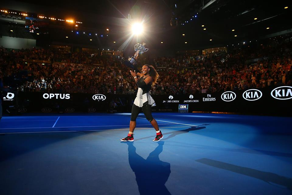 Serena Williams com o troféu. FOTO: Australia Open
