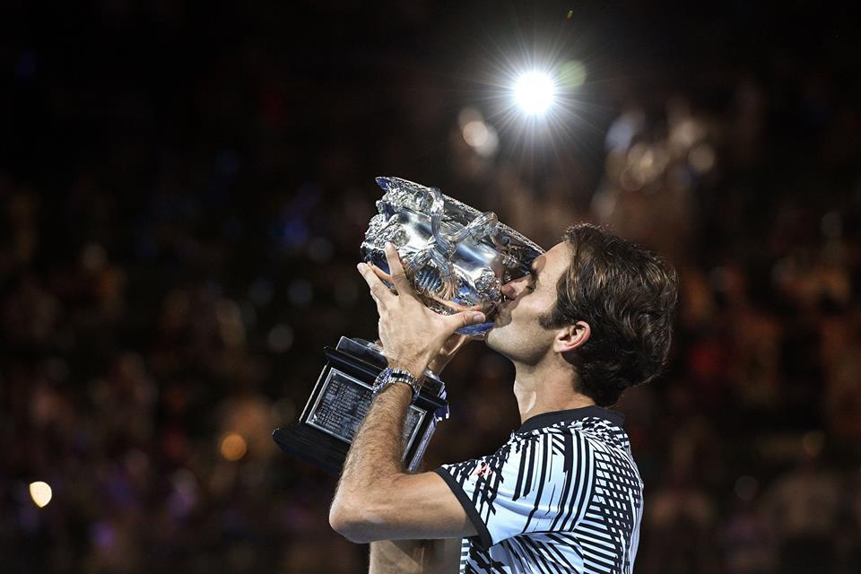 Roger Federer com o troféu. FOTO: Australia Open