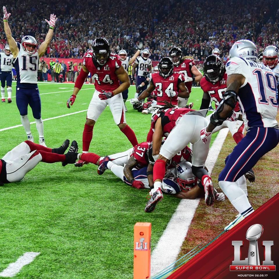 White invade a endzone dos Falcons para dar o título aos Patriots. FOTO: NFL