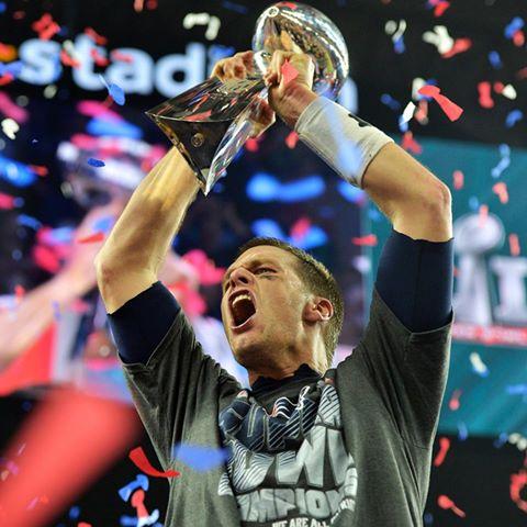 Brady levanta a taça do Super Bowl pela quinta vez. FOTO: NFL