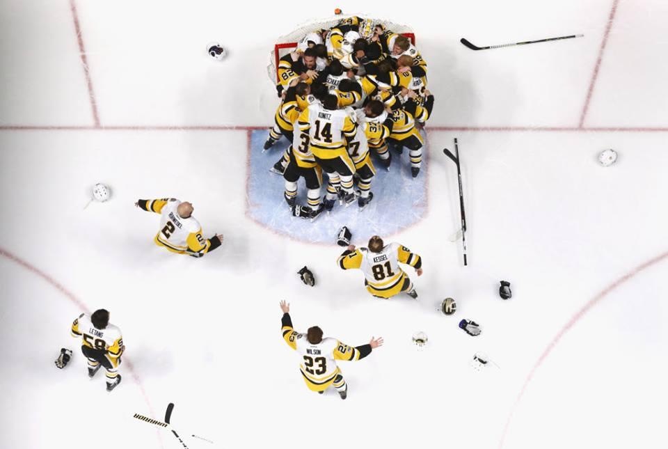 ogadores do Penguins comemoram a vitória no jogo seis