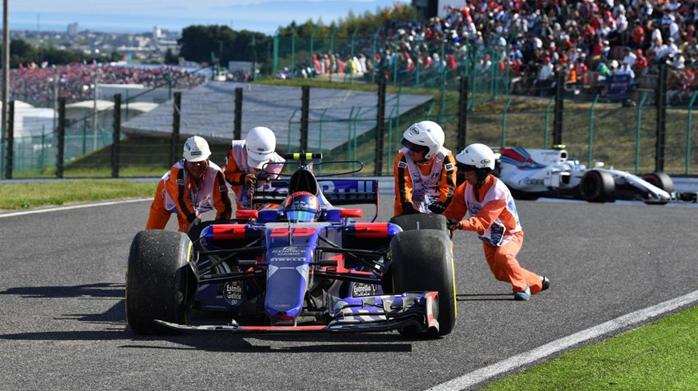 Remoção do carro de Carlos Sainz Jr após abandono da corrida.