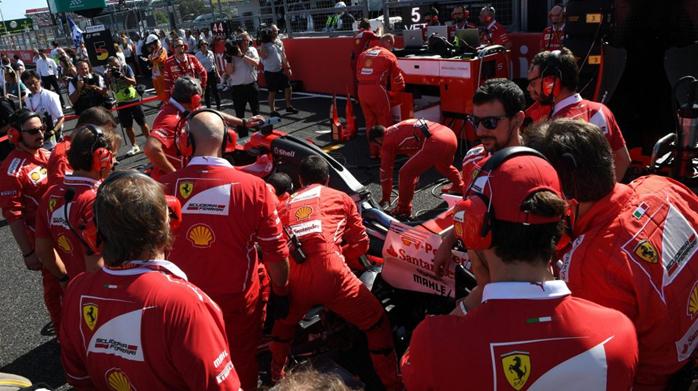 Movimentação dos mecânicos da Ferrari antes da largada já anunciava o destino de Sebastian Vettel após alguns minutos depois da largada.