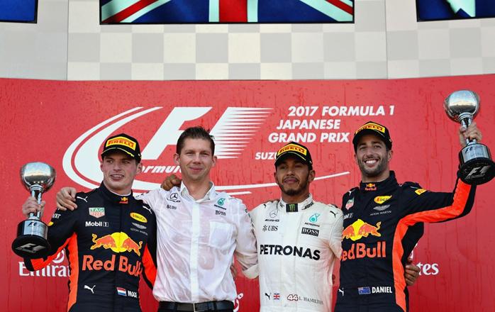 Lewis Hamilton vence no Japão, com Max Verstappen em segundo e Daniel Ricciardo em terceiro.