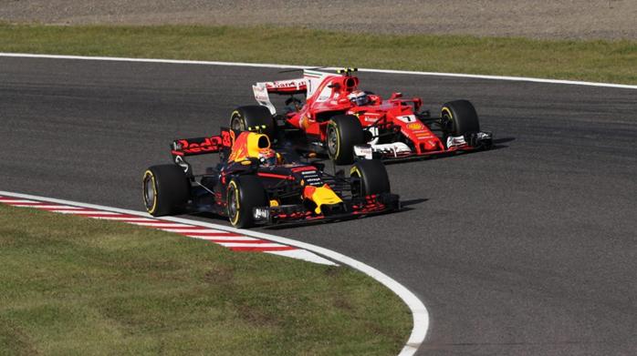 Vestappen para nos boxes e volta na frente de Kimi Raikkonen.