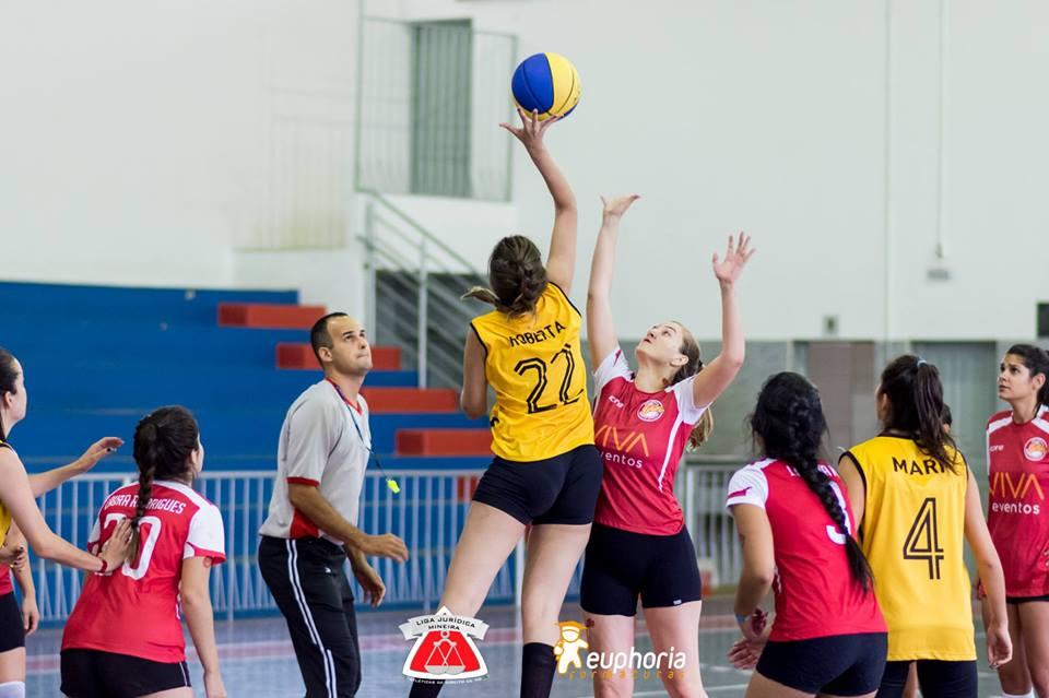 Duelo entre PUC-MG e UFJF(GV) no basquete feminino.