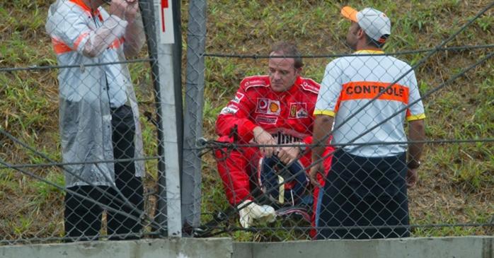 Rubinho desolado após abandonar o GP do Brasil de 2003 por falta de gasolina.