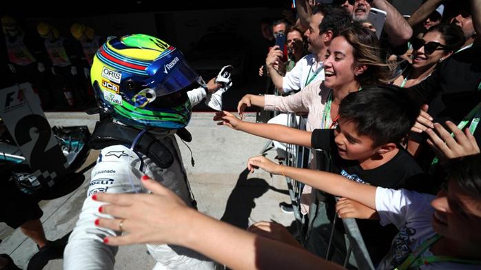 Felipe Massa abraça a família e a torcida ao final do seu último GP do Brasil de Fórmula 1.