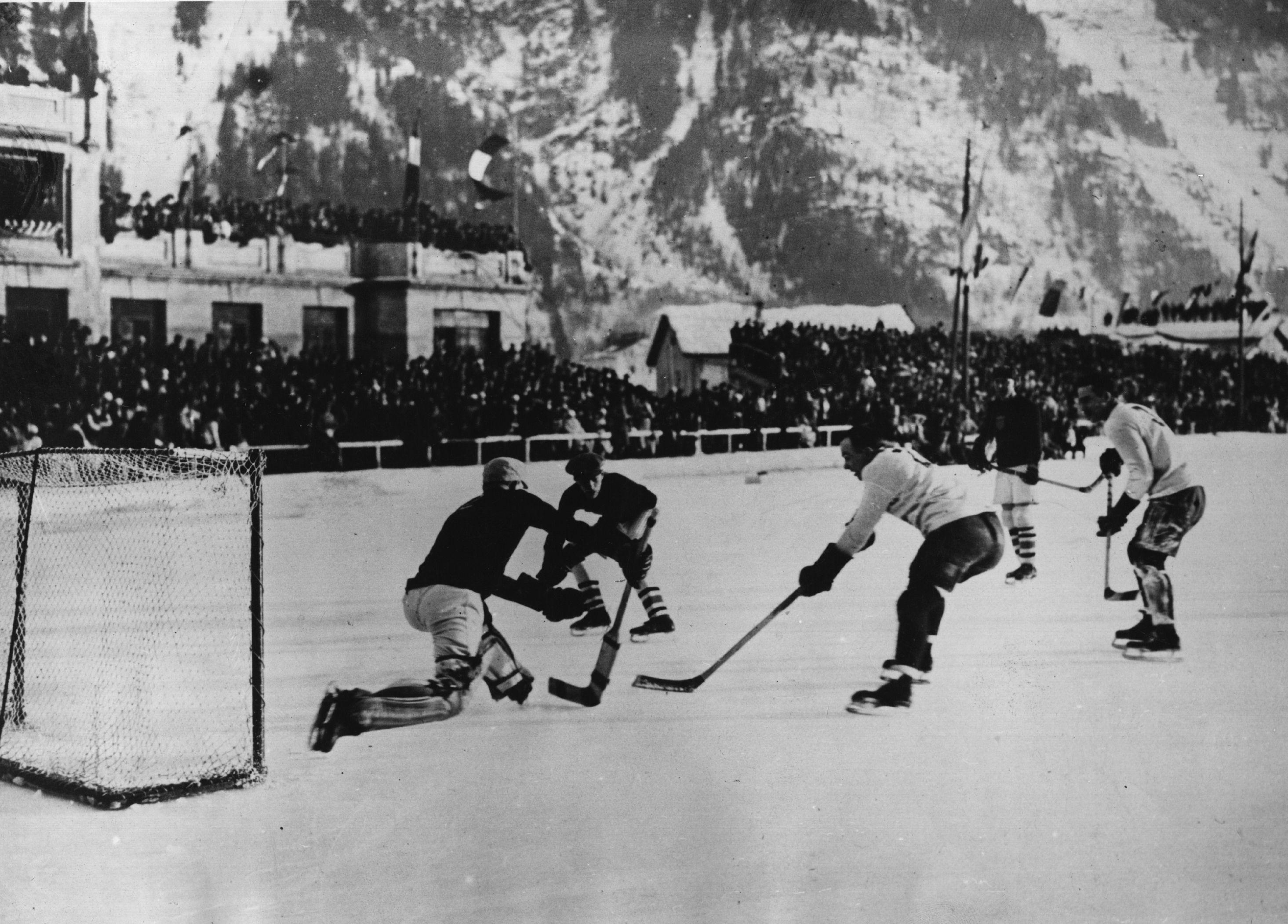 Canadá massacra os EUA no torneio de hóquei.