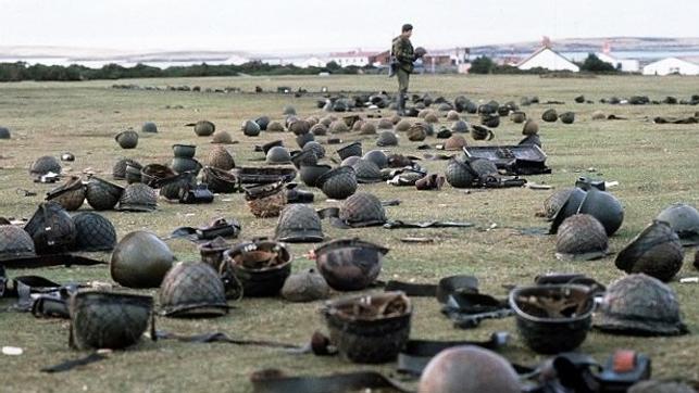 A derrota recente na Guerra das Malvinas ainda se fazia sentir entre os argentinos.