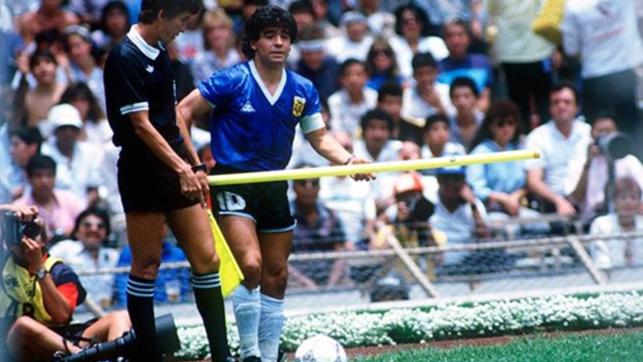 Maradona e a bandeirinha de escanteio. Episódio curioso do primeiro tempo de Argentina x Inglaterra.
