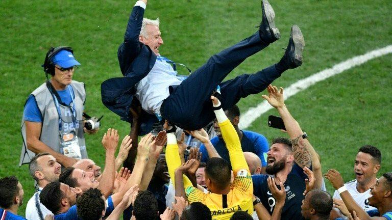 Didier Deschamps carregado por seus jogadores.