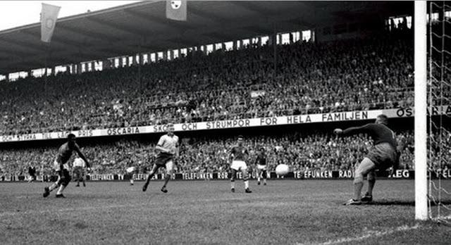 Pelé fuzila o goleiro sueco.