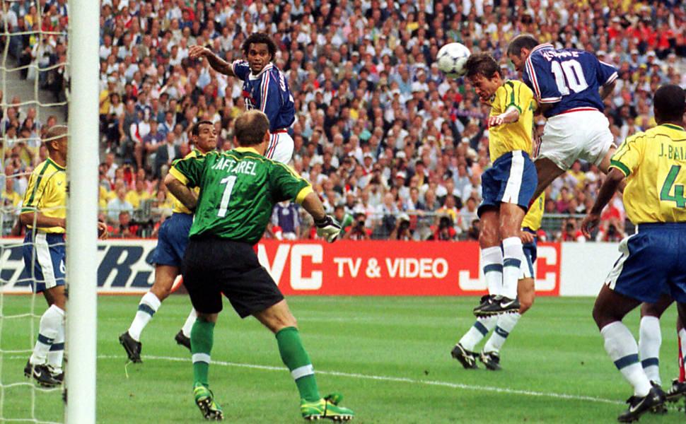 Zidane ganha de Leonardo e marca o primeiro.
