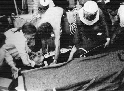 Momento em que Giovanni Amadeo estava sendo socorrido após o acidente.