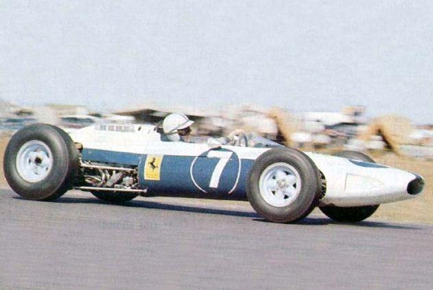 Ferrari azul e branca pilotada por Surtees. Muita história numa imagem só.