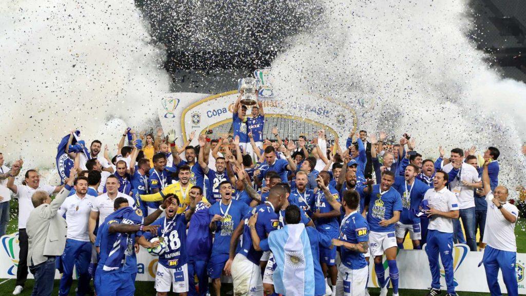 Cruzeiro ergue a taça em Itaquera.